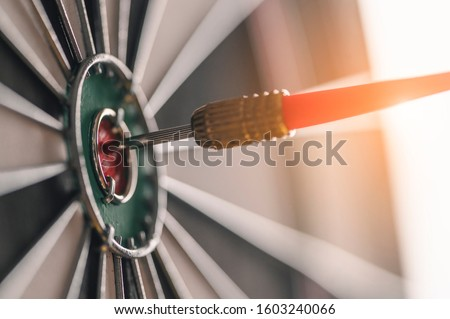 Arrow, target, business, Success, planned, Planning concept. The red arrow in the middle of the dart board shown success. The concept of setting business goals Possible business planning. ストックフォト ©