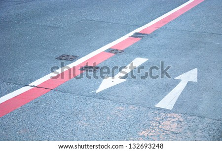 Arrows pointing in opposite directions road markings
