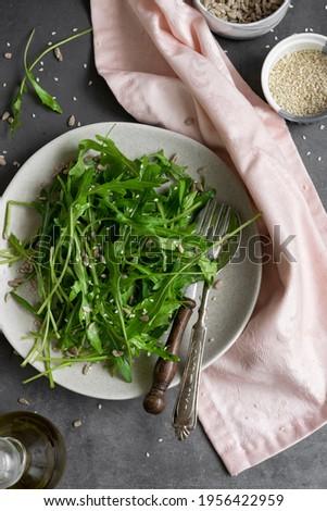 Arugula salad with sesame and sunflowers seeds, detox vegetable eating Foto stock ©