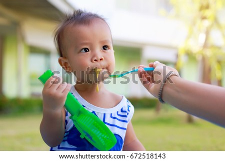 baby spitting food out how to stop