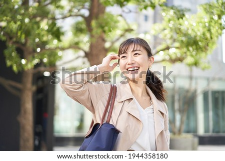 Asian business woman walking in the business district Foto stock ©