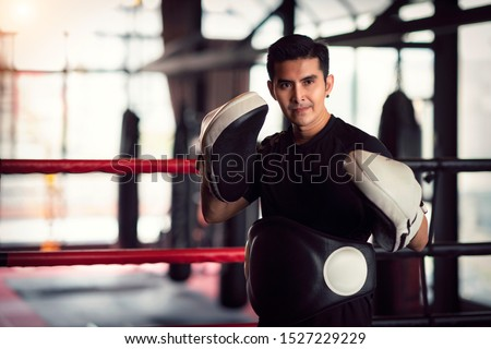 Asian kickboxing trainer in boxing gym, this photo can use for muy thai, thai, sport, fitness, coach and muay concept Foto stock ©