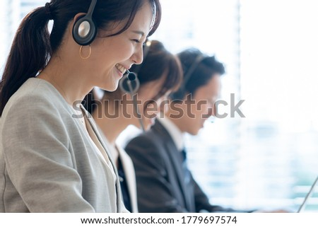 Asian operator working in office Foto stock ©