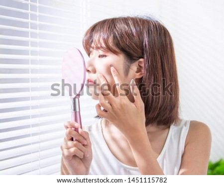 asian woman feel sad because her skin has acne prone Foto stock ©