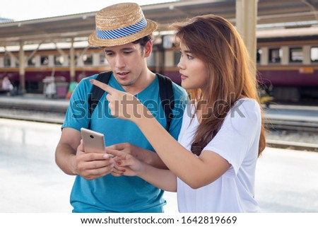 Asian woman speaking fluent foreign language with foreigner; concept of communication with foreign language, foreign tourist or caucasian traveler, language learning, language education training Foto d'archivio ©