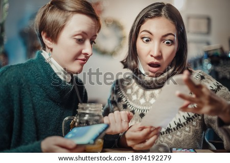 Asian woman stares at the check for dinner at the restaurant, her eyes bulging. The concept of inflation and devaluation of money and reduction of purchasing power of the population. Foto stock ©