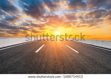 Asphalt highway road and sky sunset clouds landscape. Foto stock ©