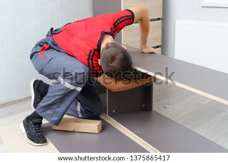 Assembling furniture from chipboard, using a cordless screwdriver