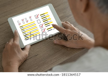 ASSESSMENT CONCEPT woman checklist with assessment SURVEY and Results Analysis Foto stock ©