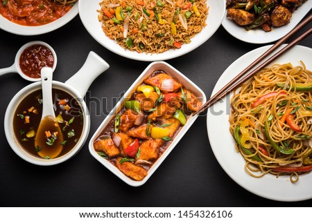 Assorted Indo chinese dishes in group includes Schezwan/Szechuan hakka noodles, veg fried rice, veg manchurian, american chop suey, chilli paneer, crispy vegetable and vegetable soup ストックフォト ©