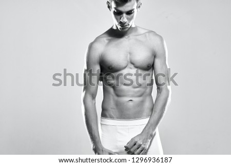 nackter-muskuloeser-mann-mit-gesenktem-kopf