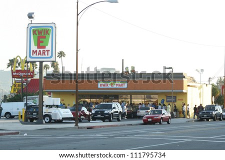 """Atmosphere at a 7-11 Convenience Store that has been transformed into a """"Kwik-E-Mart"""" in order to promote the upcoming """"Simpsons"""" Movie, Burbank, CA 07-03-07"""