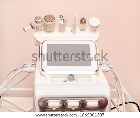 Attachments to device HydraFacial facial skin care machine in spa clinic for anti-aging or acne treatment. The concept of aesthetic medicine, beauty tools, latest technologies in beauty industry Foto stock ©