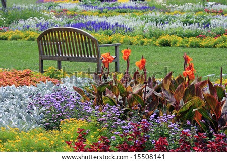 Attractive Park Setting and Bench in Lincoln Park, Chicago, Illinois
