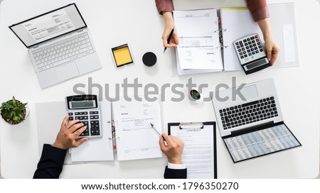 Auditors Calculating Corporate Invoicing And Tax Budget Foto stock ©
