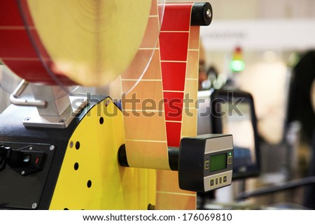 Automated labeling machine equipment with with a roll of labels