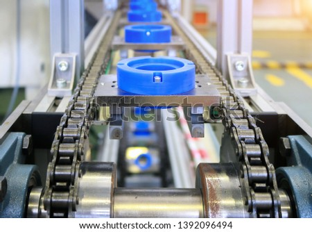 Automatic jig transfer on top chain conveyor of automation machine in factory
