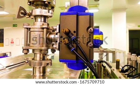 automatic valve with actuator on liquid products Foto stock ©