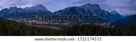 Autumn night Cortina d'Ampezzo alpine Dolomites mountain town, Belluno, Italy. Picturesque traveling and countryside beauty concept scene. Foto stock ©