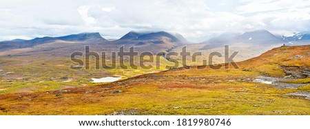 Autumnal mountain landscape of Abisko National Park in northern Sweden with lapporten valley in background. Stock foto ©