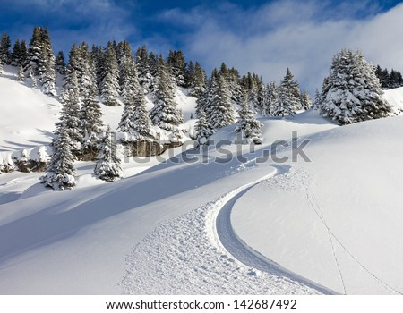 Awesome first track on a sunny powder day in Les Portes du Soleil in the European alps Foto stock ©