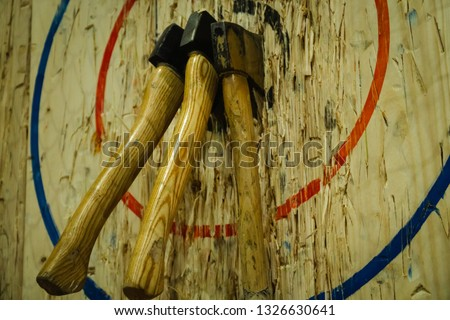 Axe stick in to the wood bull's eye in throwing axe sport Foto stock ©
