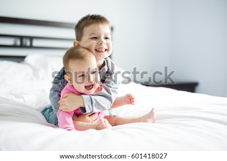 baby and his brother on bed Foto stock ©