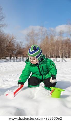 Baby play winter