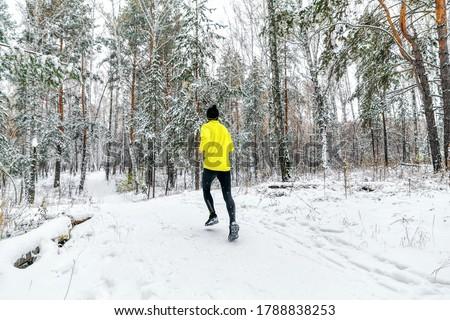 back male runner run winter forest trail race Foto stock ©
