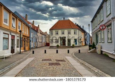 Back streets of the conic old city wharves district along the Nidelva river in Trondheim, Trondelag, Norway. Symbol of the historical role of Trondheim as a merchant city. Stockfoto ©