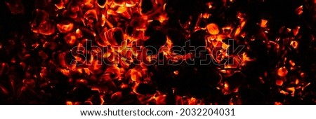 background of burning and glowing hot coals. smoldering embers of fire. flicker of burning coals at night. banner Foto stock ©