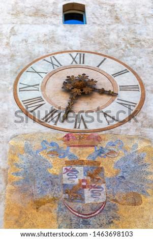 Background with coat of arms and clock on clock tower in Citta Alta-Bergamo. Torre Dell Orologio in Piazza della Cittadella. Lombardy, Italy. Foto d'archivio ©