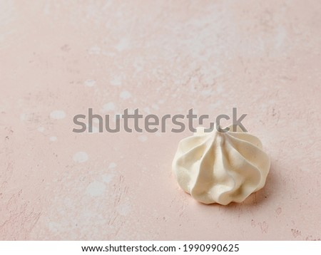 baked meringue cookie on pink table top Foto d'archivio ©