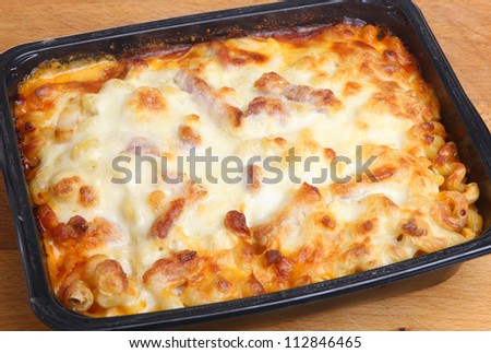 Baked pasta ready meal with spiral pasta, chicken, bacon and cheese. Family size pack.