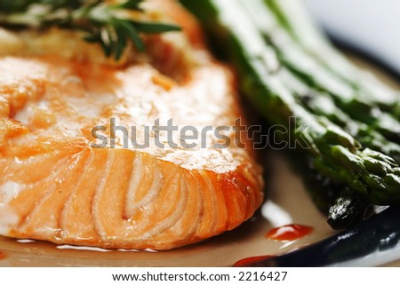 Baked salmon with asparagus on the side