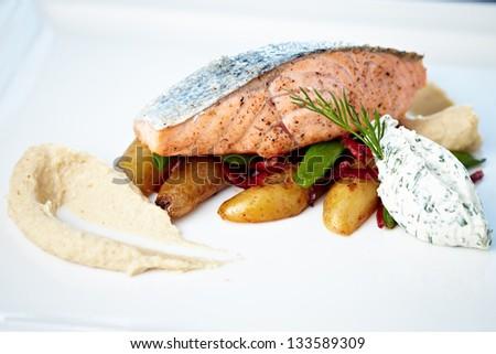 Baked salmon with roasted cauliflower cream, almond potatoes, peas-chorizo ??salad and cream cheese-herb sauce.