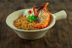 Baked Shrimp with Glass Noodles in Pot Vermicelli Chinese Food Asian Style decorate Corainder Thai Vegetable and carved Leek bunching onion sideview