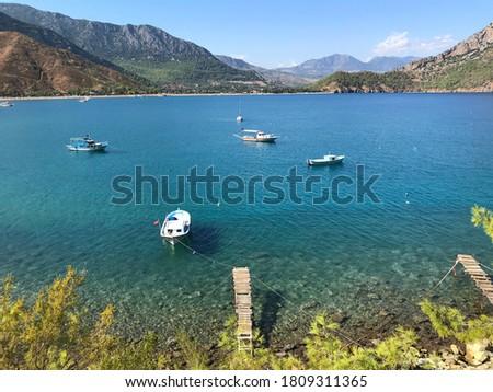 balıkçı teknesi iskeleye bağlı denizde duruyor Stok fotoğraf ©