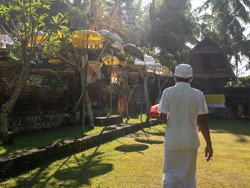 Balinese High Priest on his way to prepare the sacred Galungan ceremony at Kedewatan Village Ubud Bali Indonesia