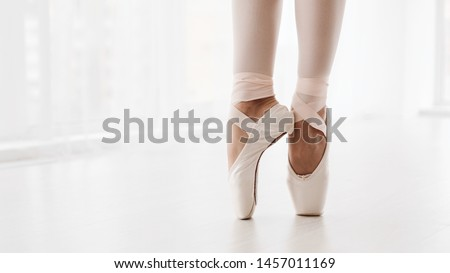 Ballerina Legs On Pointe Shoes Closeup On White Background. Classic And Modern Ballet Concept With Copy Space. Crop, Panorama Foto stock ©