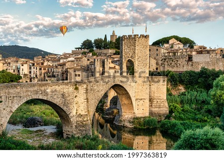 Balloon trip over the medieval village of Besalú en Girona, Catalonia, Spain. Foreground of medieval bridge - Nacional park of Garrotxa  Foto stock ©