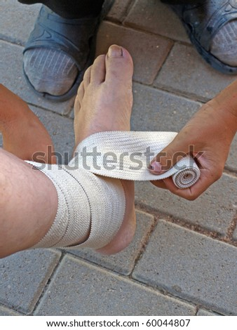 Bandage the ankle with the elastic cord