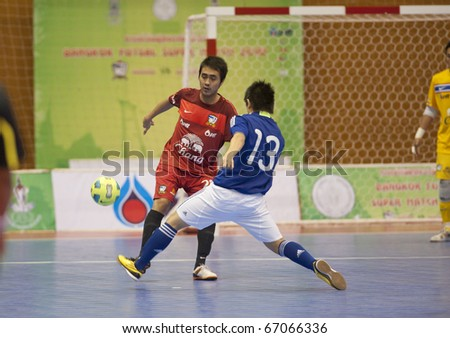 BANGKOK - DECEMBER 12 : Thailand vs Japan Bangkok Futsal Super Match 2010.Katsutoshi Henmi (Blue) and Suphawat thueanland(Red) on DECEMBER 11 -12 2010 in Bangkok Thailand.