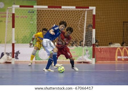 BANGKOK - DECEMBER 12 : Thailand vs Japan Bangkok Futsal Super Match 2010.Tomoaki Watanabe(Blue) and Thananchai Chomboon(Red) on DECEMBER 11 -12 2010 in Bangkok Thailand.