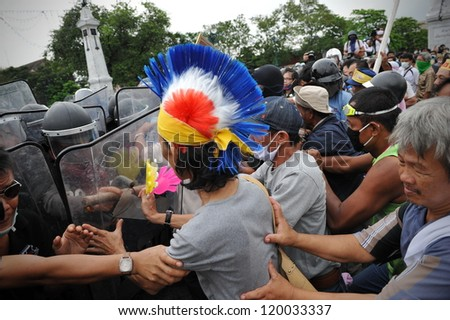 BANGKOK - NOV 24: Nationalist anti-government protesters from Pitak Siam clash with riot police at a rally on Makhawan Bridge on Nov 24, 2012 in Bangkok, Thailand.