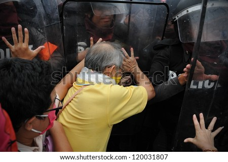 BANGKOK - NOV 24: Nationalist anti-government protesters from Pitak Siam clash with riot police on Makhawan Bridge on Nov 24, 2012 in Bangkok, Thailand.