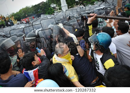 BANGKOK - NOV 24: Nationalist anti-government protesters from the Pitak Siam group clash with police on Makhawan Bridge on Nov 24, 2012 in Bangkok, Thailand.