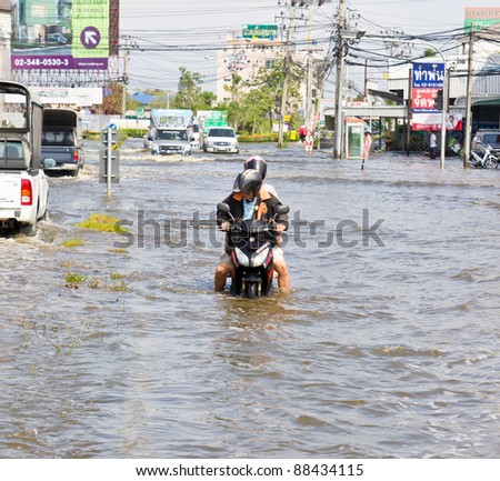 BANGKOK-NOV 08 : people push motorcycle on water flood road, nov 08, 2011, Thailand , Bangkok, panya road