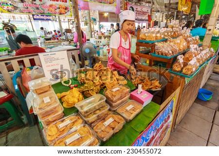 BANGKOK, THAILAND - AUGUST 4: Unidentified female cook variety food at Yaowarat Road in Bangkok\'s Chinatown district on August 4, 2013 in Bangkok, Thailand