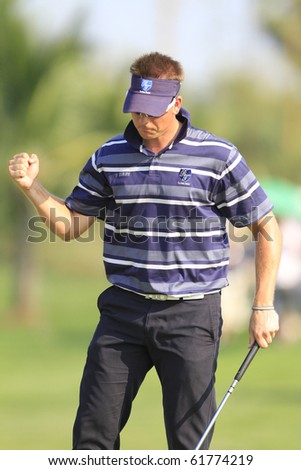 BANGKOK, THAILAND - JANUARY 10: Swedish golf player Henrik Stenson prepares for the last put at the Royal Trophy tournament, Asia vs Europe, at Amata Spring, Bangkok, Thailand on January 10, 2010